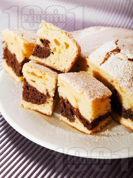 Шарен сладкиш / кекс с прясно мляко и какао поръсен с пудра захар - снимка на рецептата